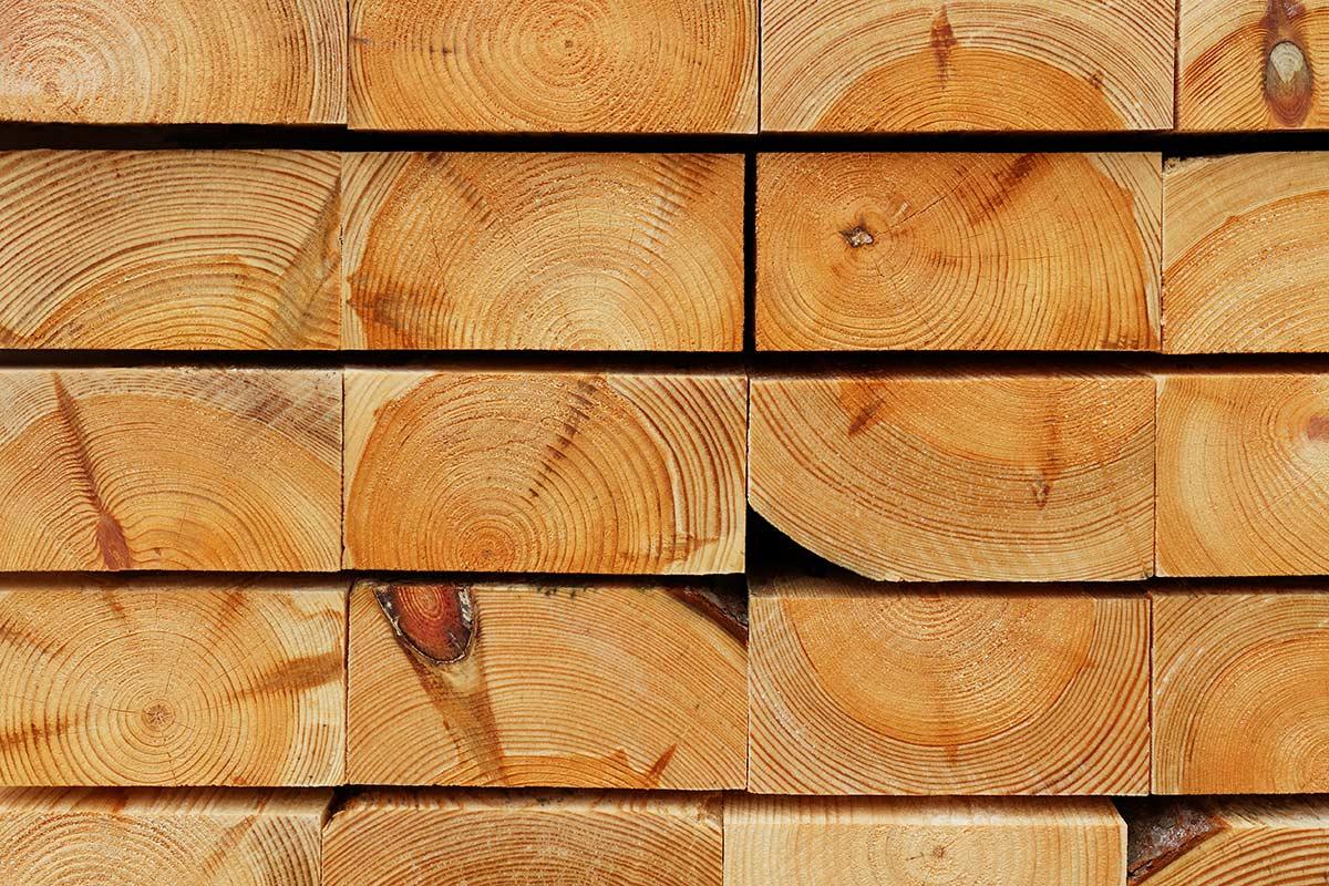 Hirnholzansicht gestapelter Kiefernbohlen