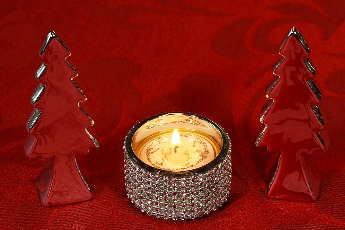 Weihnachtliche Tischdekoration mit Silber und Kristall