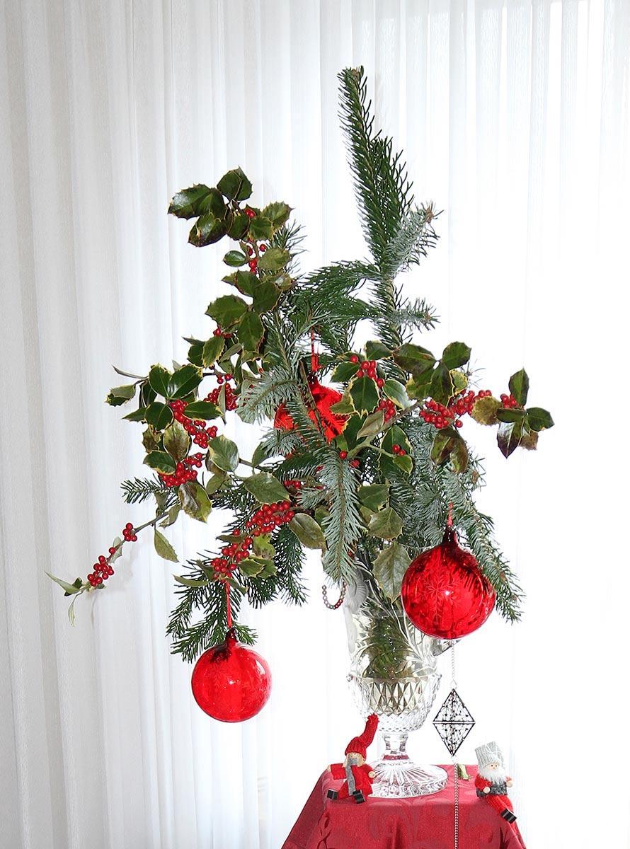 Weihnachtliche Dekoration mit Stechpalme und Tannenzweig