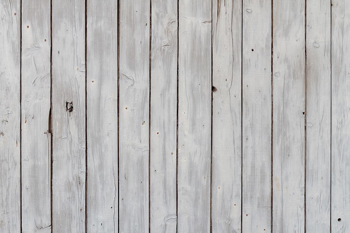 Verwittertes weiß gestrichenes Scheunentor - Detail