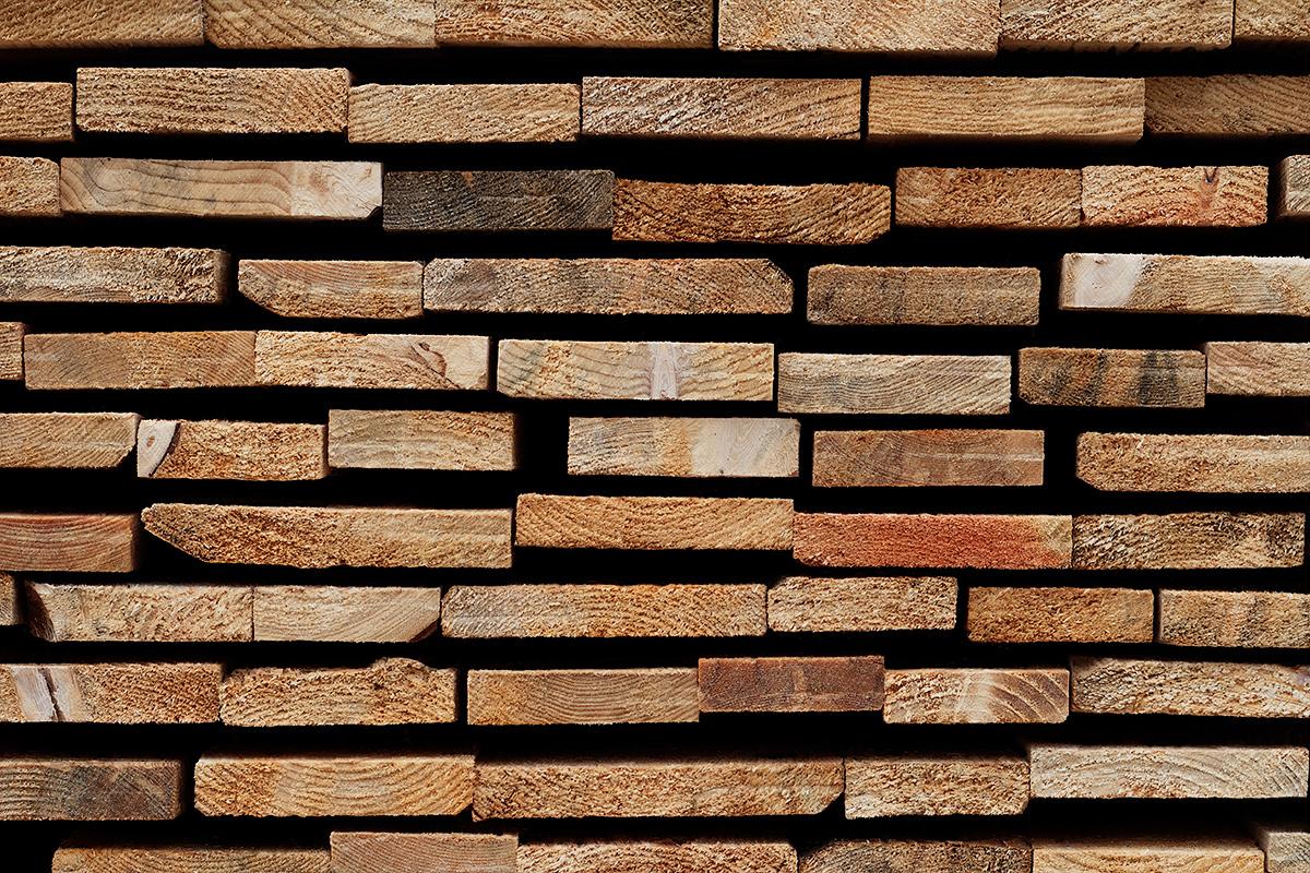 Nahaufnahme der Schnittkaten eines Baumholz-Lattenstapels